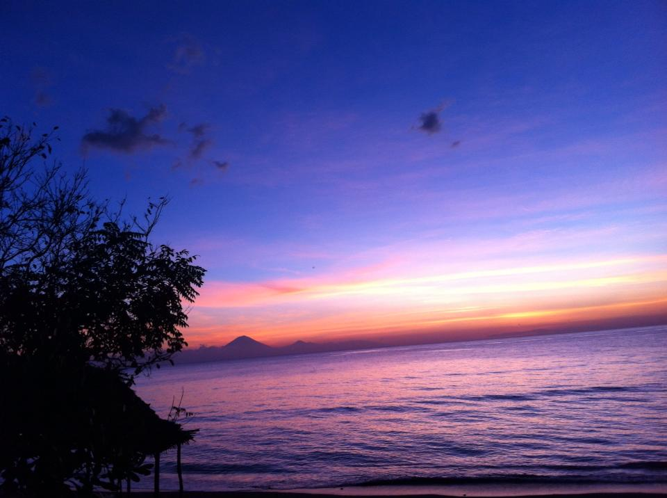 Sonnenuntergang_auf_Lombok_mit_Blick_auf_Bali