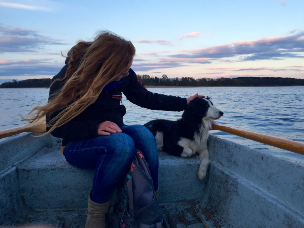 Mit Fino im Ruderboot unterwegs